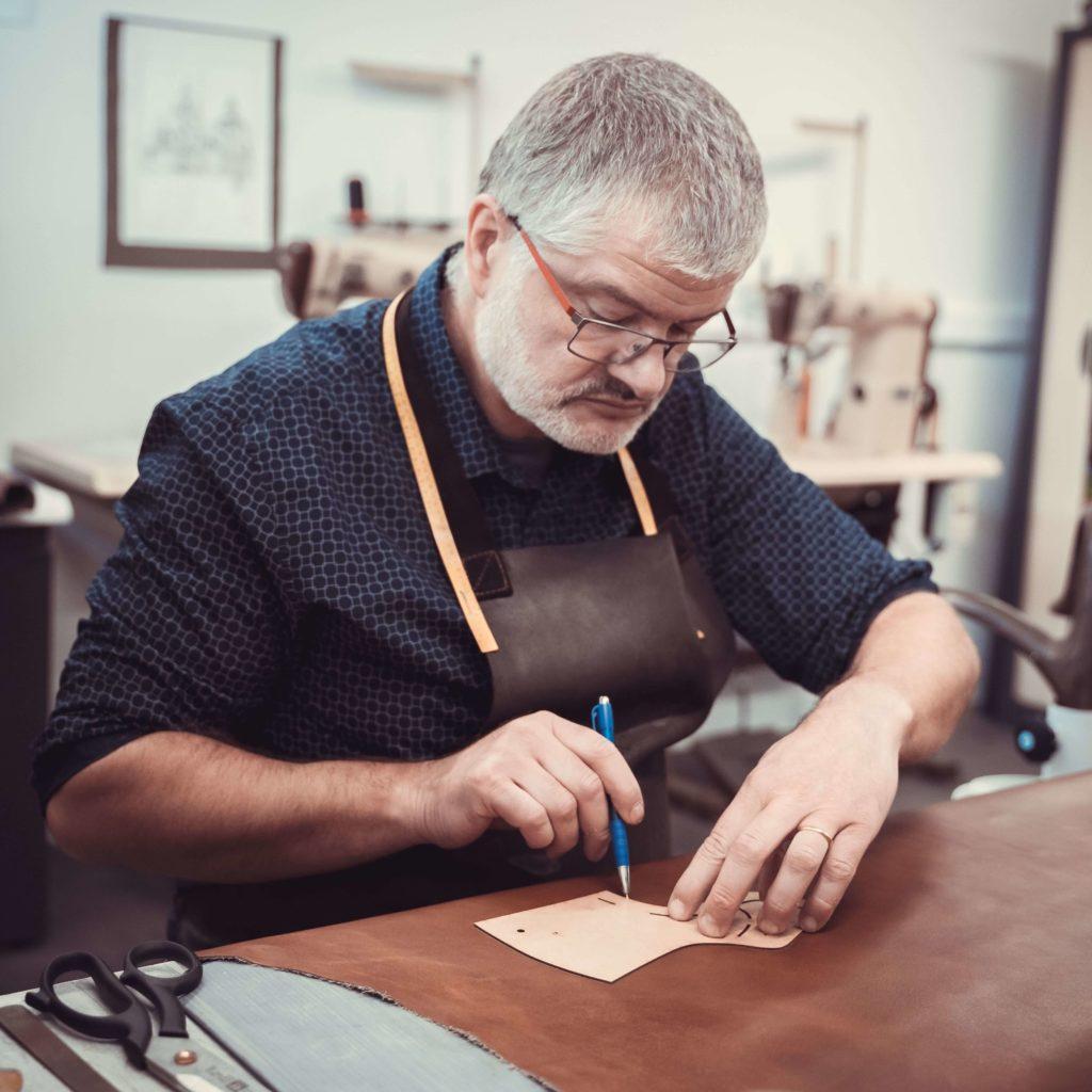 Paul Dascotte faisant une chaussure